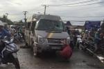 Xe khách lật nhào giữa đường, hành khách hoảng loạn kêu cứu