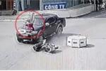 Clip ô tô tông phụ nữ đi xe máy bay lên nắp capo khiến dân mạng tranh cãi