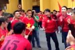 Clip: CĐV đánh trống, bắc loa hát hò tưng bừng cổ vũ U23 Việt Nam trước giờ G