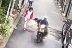 Clip: Cẩu tặc ngang nhiên quăng thòng lọng cướp chó đang đi dạo cùng chủ