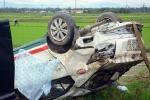 Taxi tông nát dãy cột mốc rồi lao xuống ruộng, tài xế trọng thương