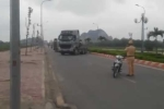 Clip: Bị CSGT dừng xe kiểm tra, xe đầu kéo đánh võng bỏ chạy gây náo loạn