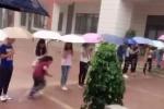Clip: Giáo viên xếp hàng trong mưa, che ô cho học sinh vào lớp