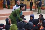 Sinh viên Học viện cảnh sát tặng quà cho người dân, học sinh Mù Cang Chải trước Tết