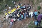 Ấn Độ: Xe buýt trường học lao xuống vực, hàng chục trẻ em chết thương tâm