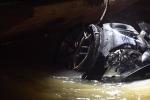 Xe Mercedes lao xuống sông Hồng, 2 người chết: Cửa sổ trời của xe mở