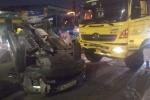 Ô tô lật ngửa trên đường sau va chạm ở TP.HCM