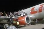 Video: Hành khách tháo chạy khỏi máy bay vì báo động bom