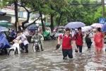 Hà Nội mưa lớn, hàng loạt tuyến phố nguy cơ ngập lụt