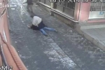 Chồng đánh vợ như tra tấn ngay giữa phố