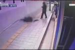 Bi hài cặp vợ chồng bất ngờ ngã xuống hố ga