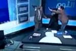 Bất đồng quan điểm, khách mời rút giày đánh nhau trên sóng truyền hình trực tiếp
