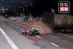 Clip: Mô tô cảnh sát đâm đuôi xe tải quay đầu sai luật, 1 người chết thương tâm
