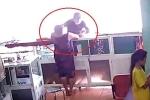 Clip: Manh động đấm thẳng mặt người bán hàng, cướp điện thoại