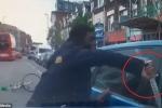Clip: Va chạm giao thông, người đi xe đạp rút dao điên cuồng chém ô tô