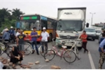 Hàng trăm người mang gạch đá chặn đường lên sân bay Nội Bài
