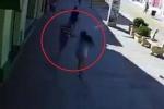 Clip: Cướp chạy bộ giật phăng túi xách, kéo lê cô gái trên đường