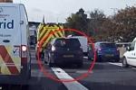 Tài xế 'không biết xấu hổ', bám đuôi xe cứu thương để thoát khỏi tắc đường