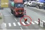 Clip: Băng qua đường cứu chó, người phụ nữ bị xe tải đâm ngã