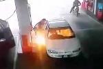 Bé 7 tuổi nghịch bật lửa khi đang đổ xăng, ôtô bùng cháy dữ dội