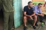 Bị tố lừa tiền, hai người đàn ông nước ngoài đi ô tô bị dân làng bao vây