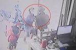 Clip: Trộm điện thoại ở tiệm cầm đồ, bị bắt ngay tại trận