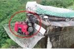 Clip: Xe tải gặp nạn thảm khốc, đầu xe lủng lẳng dưới vực sâu