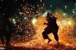 Ảnh: Trai Pà Thẻn chân trần lao vào đống lửa nóng rực nhảy múa