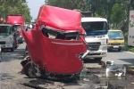 Cuộn sắt nặng hàng chục tấn đè bẹp container, tài xế thiệt mạng