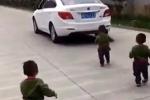 3 nhóc tì lon ton chạy theo ô tô khi bố đi làm khiến triệu trái tim 'tan chảy'