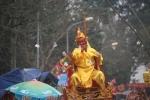 Video: Trai tráng rung, lắc, xoay tròn kiệu rước 'vua sống' ở Hà Nội