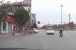 Clip: Ôtô 'drift' 90 độ, tránh xe máy sang đường không quan sát