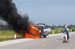 Clip: Ô tô con cháy ngùn ngụt, người đi đường bất lực đứng nhìn