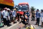 Xe khách tông hàng loạt xe máy, 5 người thương vong