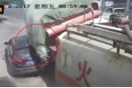Tạt đầu xe tải chở sỏi, ô tô Audi bị chôn vùi thảm khốc
