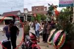 Mở nhạc đám ma, mang vòng hoa đến nhà trưởng công an xã đòi nợ