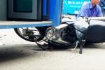 Video: Người phụ nữ lái xe máy ngược chiều tông trực diện xe buýt