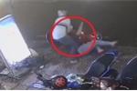 Clip: Gã đàn ông đánh người phụ nữ ngã gục trong đêm mưa gió gây phẫn nộ