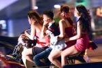 Hơn 20 chân dài ăn mặc mát mẻ, lạng lách trên phố Hà Nội