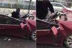 Clip: Ô tô bẹp dúm sau tai nạn, tài xế sống sót kỳ diệu như phim