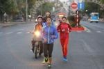 HLV đi xe máy, soi đèn giúp học trò tập chạy từ tờ mờ sáng