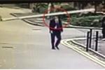 Đang thảnh thơi đi bộ, nhân viên tài chính bị barie đập trúng đầu