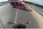 Hoảng hồn clip xe máy 'bám hông' xe tải để... tránh nắng