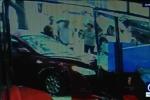 Nữ tài xế lao ôtô đâm sầm vào nhà dân, đốn ngã chủ nhà
