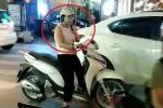 Clip: Nữ 'ninja' nghênh ngang dừng xe giữa ngã ba buôn điện thoại khiến dân mạng 'sôi máu'