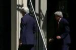 Ngoại trưởng Mỹ va đầu vào cửa văn phòng thủ tướng Anh