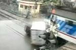 Tàu hỏa đâm nát 2 xe ô tô, kéo lê hàng chục mét