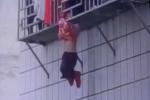 Clip: Bé gái kẹt đầu vào 'chuồng cọp' chung cư, lơ lửng trên tầng 4