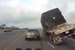 Dựng tóc gáy khi xe container suýt lật nghiêng đè bẹp xe con