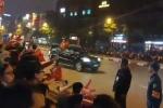 Clip: Người dân Hà Nội đứng kín 2 bên đường, vẫy cờ chào đón đoàn xe Tổng thống Trump